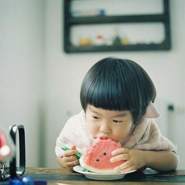 Bé gái 4 tuổi đột nhiên sốt cao và đi ngoài ra máu, nguyên nhân đến từ cách ăn dưa hấu sai lầm mà rất nhiều người cũng hay mắc phải trong mùa hè-2