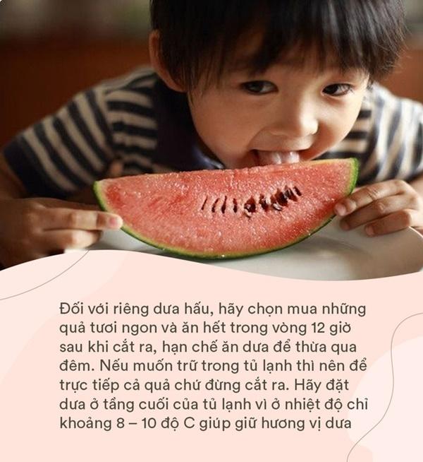 Bé gái 4 tuổi đột nhiên sốt cao và đi ngoài ra máu, nguyên nhân đến từ cách ăn dưa hấu sai lầm mà rất nhiều người cũng hay mắc phải trong mùa hè-3