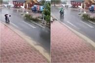 Đi học về giữa trời mưa, cậu bé bất ngờ dừng xe lại để làm 1 việc khiến người lớn cũng trầm trồ: Con ai mà ngoan thế!
