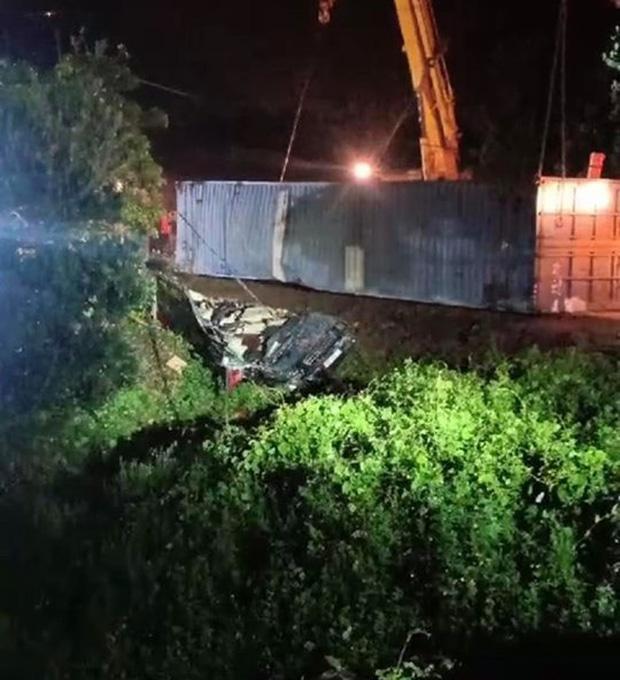 Hiện trường kinh hoàng vụ xe limousine bị container đè bẹp khiến giám đốc, thư ký và tài xế tử vong ở Quảng Ninh-7