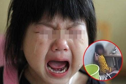 Con gái 5 tuổi liên tục hét lên khi đi tắm, mẹ vừa kiểm tra camera lớp học đã sợ