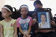 Ảnh: Nhói lòng 3 đứa con thơ đội tang trắng, bơ vơ nỗi đau mất mẹ giữa phiên tòa xử vụ đầu độc chị họ bằng trà sữa vì yêu anh rể