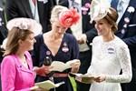 Trong khi em dâu Meghan vẫn giậm chân tại chỗ ở Mỹ, Công nương Kate đã chính thức xuất hiện công khai với vẻ đẹp gây bất ngờ-8