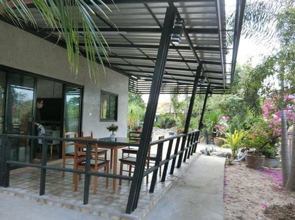 Ngôi nhà cấp 4 xây dựng đơn giản nhưng sở hữu khoảng sân rộng đủ để ngắm trọn vẻ đẹp xanh tươi của thiên nhiên xung quanh-4