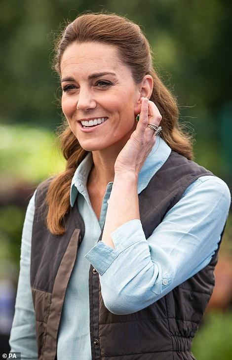 Trong khi em dâu Meghan vẫn giậm chân tại chỗ ở Mỹ, Công nương Kate đã chính thức xuất hiện công khai với vẻ đẹp gây bất ngờ-2