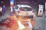 Tài xế ô tô lùi trúng cột bơm xăng, khoảnh khắc sau đó khiến tất cả kinh hãi