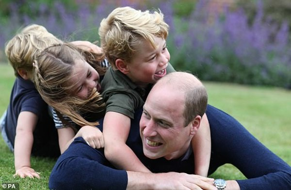 Tan chảy với loạt khoảnh khắc đặc biệt của Hoàng tử William bên cạnh 3 con nhỏ nhân Ngày của Cha và đón mừng tuổi mới-1
