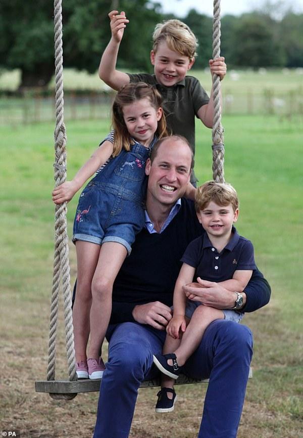 Tan chảy với loạt khoảnh khắc đặc biệt của Hoàng tử William bên cạnh 3 con nhỏ nhân Ngày của Cha và đón mừng tuổi mới-2