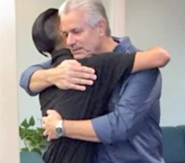Bạn gái bỏ rơi con chung mới chào đời vào bãi rác, 25 năm sau, người đàn ông chứng kiến cảnh tượng không tưởng trên TV-2