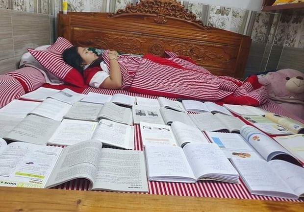 Muôn kiểu ôn thi bá đạo: Tài liệu chất đống, cứ phải sách một bên người một bên mới yên tâm đi ngủ-3