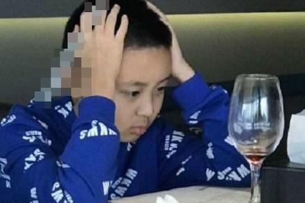 Trong khi cả nhà ngồi ăn uống no say ở nhà hàng thì cậu bé tiểu học vẫn phải khổ sở làm một việc, nhưng bất ngờ là cái kết