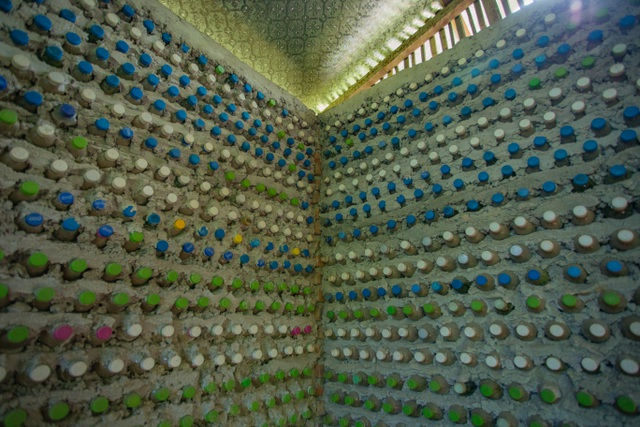 Tận mắt ngôi nhà được làm từ 9.000 vỏ chai nhựa độc nhất ở Hà Nội-5