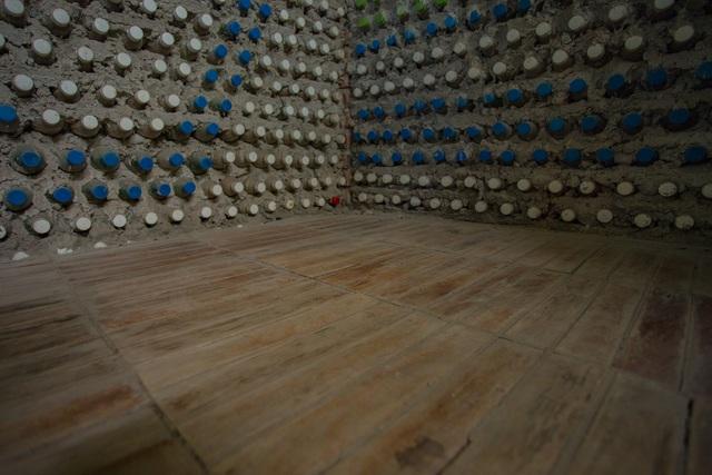 Tận mắt ngôi nhà được làm từ 9.000 vỏ chai nhựa độc nhất ở Hà Nội-6