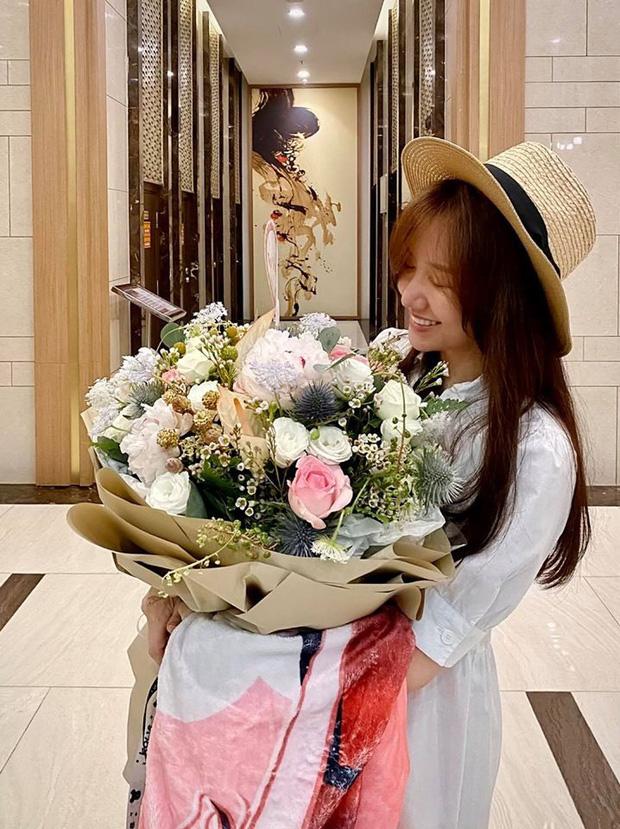 Trấn Thành tiết lộ món quà sinh nhật khiến Hari Won cười tươi rói kèm lời hứa đặc biệt: Đúng là cô vợ được cưng nhất Vbiz rồi!-1