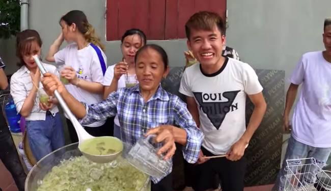 Bà Tân trổ tài làm cốc rau má đậu xanh siêu to khổng lồ, nhưng thứ dân mạng chỉ chăm chăm chú ý tới câu lỡ lời của Hưng Vlog-9