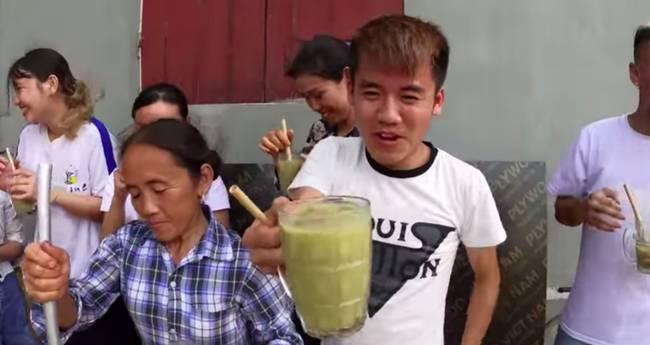 Bà Tân trổ tài làm cốc rau má đậu xanh siêu to khổng lồ, nhưng thứ dân mạng chỉ chăm chăm chú ý tới câu lỡ lời của Hưng Vlog-8