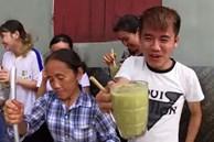 Bà Tân trổ tài làm cốc rau má đậu xanh siêu to khổng lồ, nhưng thứ dân mạng chỉ chăm chăm chú ý tới câu 'lỡ lời' của Hưng Vlog
