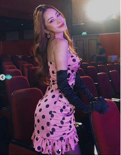 Trang phục hồng cánh sen khó nhằn được Chi Pu - HHen Niê cân đẹp-1