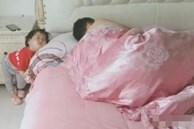 Mẹ tức 'xì khói' khi vào phòng nhìn thấy tư thế và vị trí ngủ 'một trời một vực' của bố và con gái