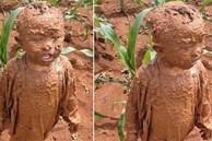 Đang yên đang lành thì 'đồng ruộng tự nhiên va vào người', cậu bé nâu từ đầu đến chân như thỏi socola đang chảy nước