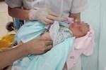 Bé sơ sinh bị bỏ rơi ở hố ga đã tử vong-2