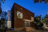 """Độc đáo căn nhà xếp bằng gạch mộc """"biết thở"""" của vợ chồng ở Đồng Nai"""