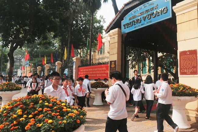 Hà Nội: Người phụ nữ mặc trang phục xe ôm công nghệ lừa đón học sinh trước cổng trường-1