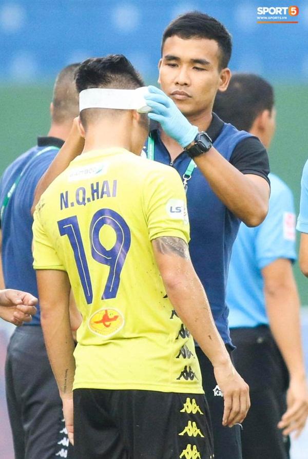 Quang Hải chảy nhiều máu sau khi bị gầm giày đạp thẳng vào mặt, phải băng trắng đầu để tiếp tục thi đấu-4