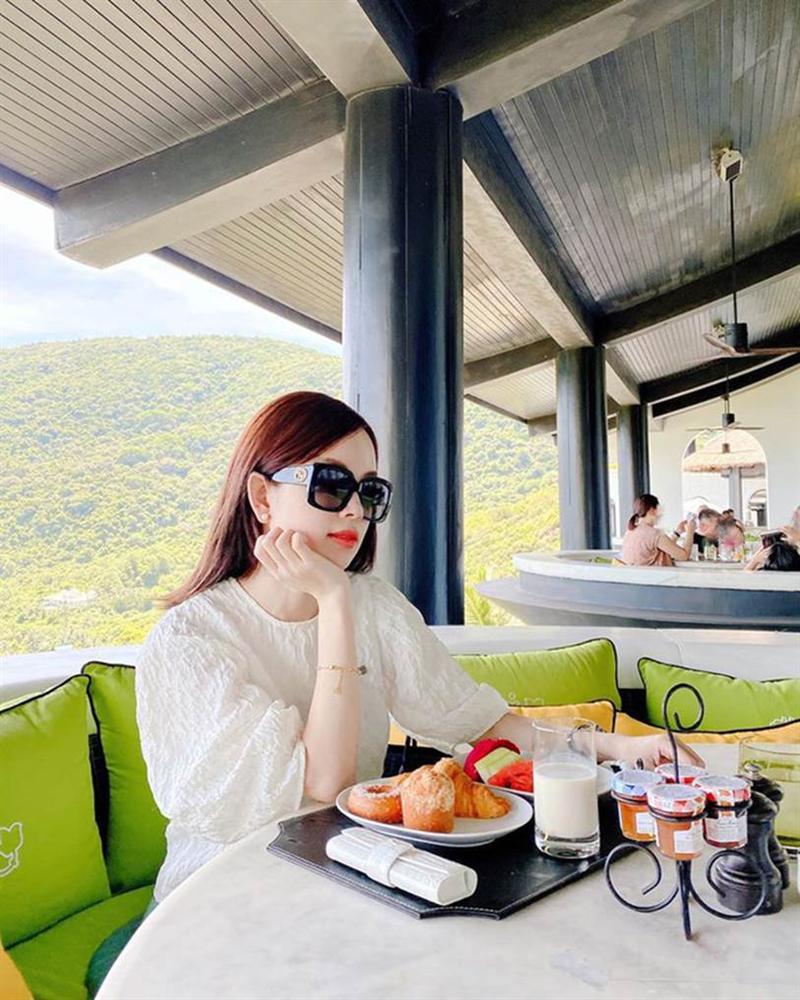 Đi nghỉ dưỡng ở resort sang chảnh tránh nóng, Ly Kute lại gây sốt vì chụp ảnh chung với mẹ ruột trẻ đẹp như 2 chị em-1