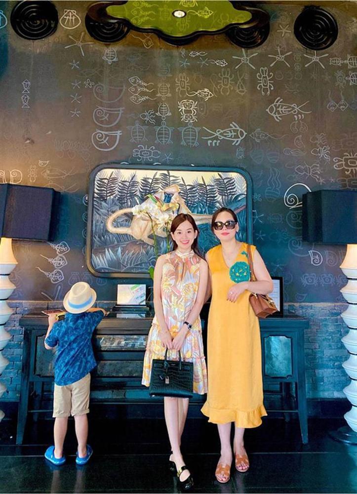 Đi nghỉ dưỡng ở resort sang chảnh tránh nóng, Ly Kute lại gây sốt vì chụp ảnh chung với mẹ ruột trẻ đẹp như 2 chị em-5