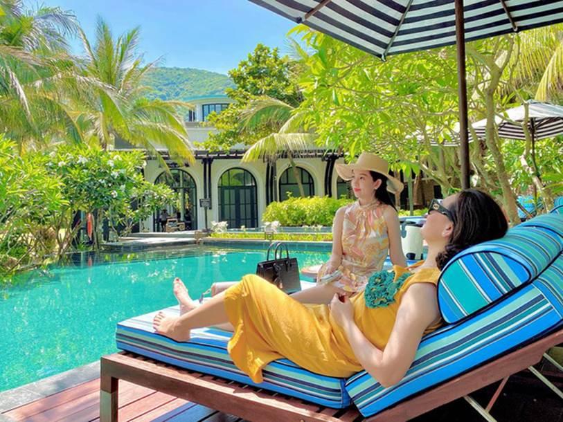 Đi nghỉ dưỡng ở resort sang chảnh tránh nóng, Ly Kute lại gây sốt vì chụp ảnh chung với mẹ ruột trẻ đẹp như 2 chị em-6