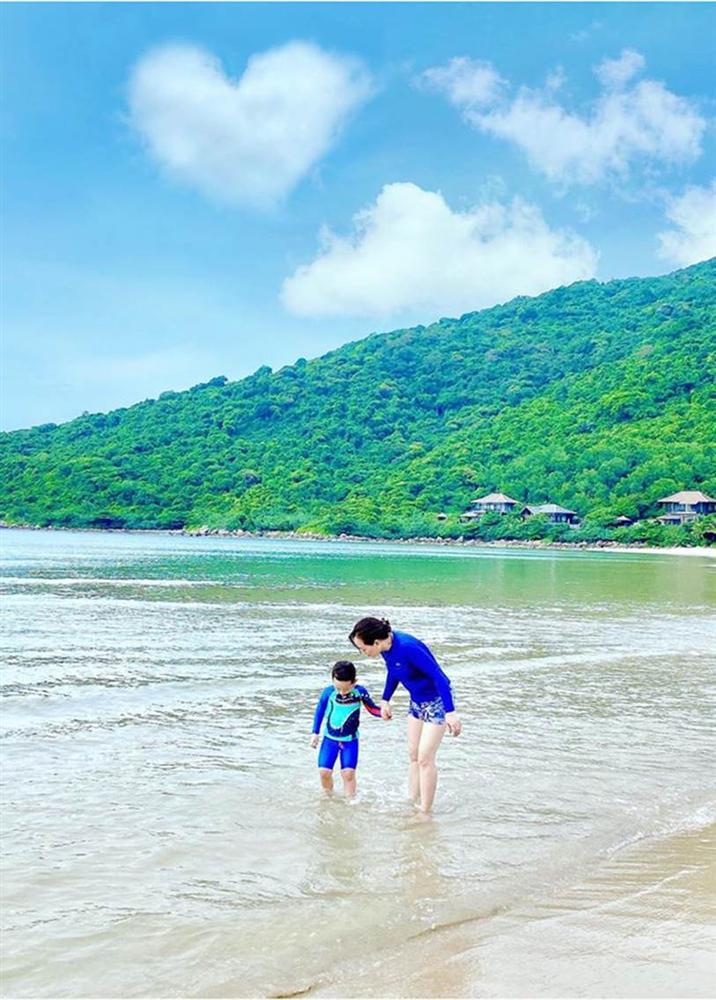 Đi nghỉ dưỡng ở resort sang chảnh tránh nóng, Ly Kute lại gây sốt vì chụp ảnh chung với mẹ ruột trẻ đẹp như 2 chị em-7
