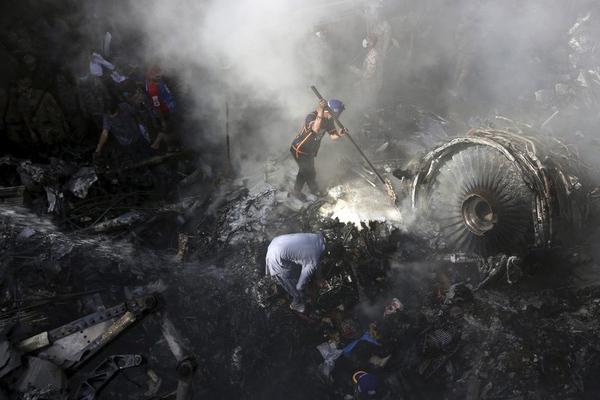 Máy bay Pakistan rơi làm 97 người chết do phi công mải nói chuyện-1
