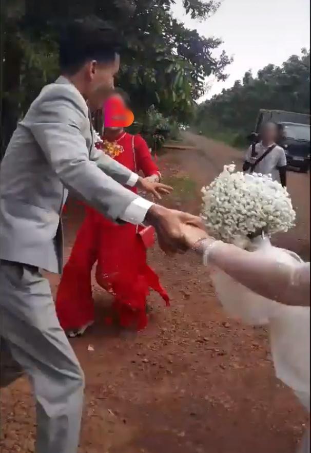 Xôn xao câu chuyện cô dâu mang bầu, mẹ chồng bắt đi vào từ cửa sau trong đám cưới và hành động bất chấp của chú rể-3