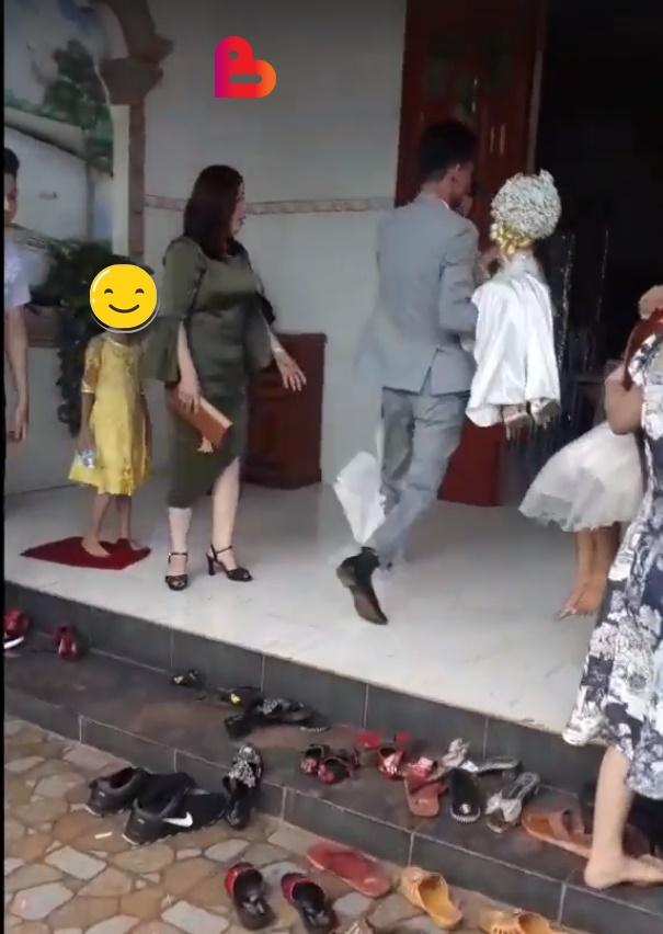 Xôn xao câu chuyện cô dâu mang bầu, mẹ chồng bắt đi vào từ cửa sau trong đám cưới và hành động bất chấp của chú rể-4