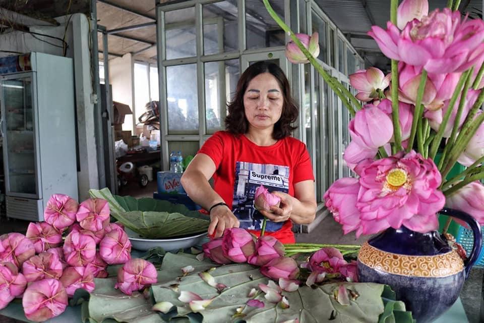 Mùa sen về, trà ướp bông sen tươi 40 ngàn/bông đắt khách, người làng sen Tây Hồ ngày bán gần 1000 bông cho khách mang đi biếu-4