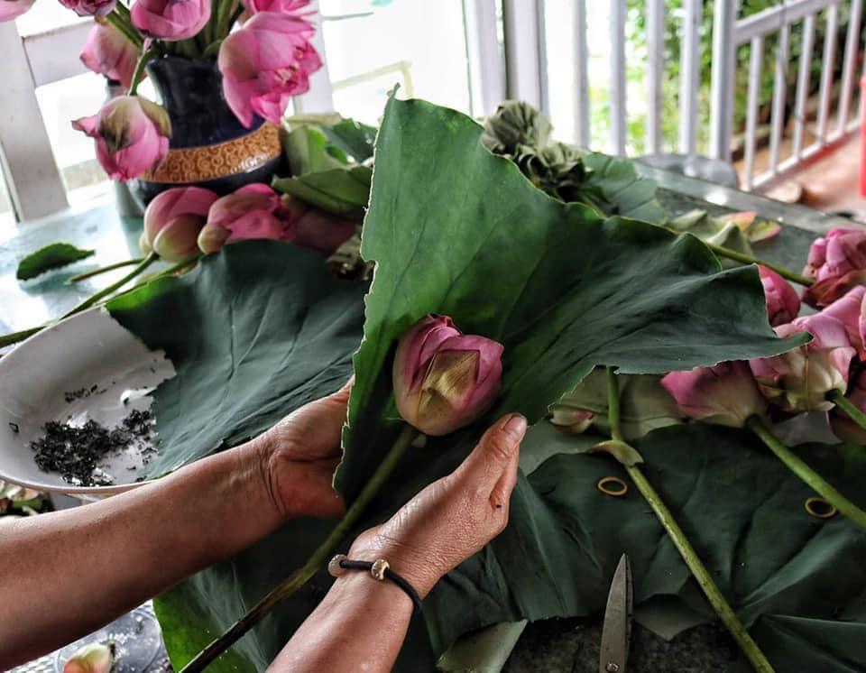 Mùa sen về, trà ướp bông sen tươi 40 ngàn/bông đắt khách, người làng sen Tây Hồ ngày bán gần 1000 bông cho khách mang đi biếu-6