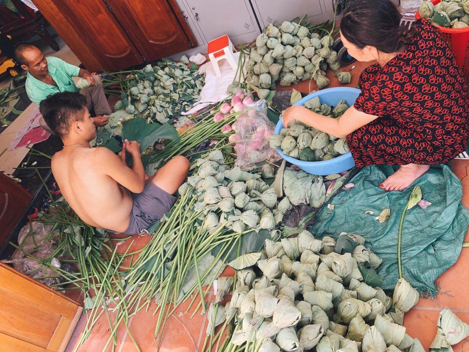 Mùa sen về, trà ướp bông sen tươi 40 ngàn/bông đắt khách, người làng sen Tây Hồ ngày bán gần 1000 bông cho khách mang đi biếu-7