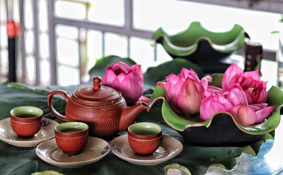Mùa sen về, trà ướp bông sen tươi 40 ngàn/bông đắt khách, người làng sen Tây Hồ ngày bán gần 1000 bông cho khách mang đi biếu-9