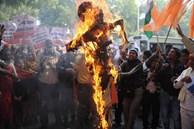 Ấn Độ: Nữ sinh 14 tuổi chống cự quyết liệt 2 kẻ hiếp dâm cùng làng rồi bị chúng trả thù một cách man rợ