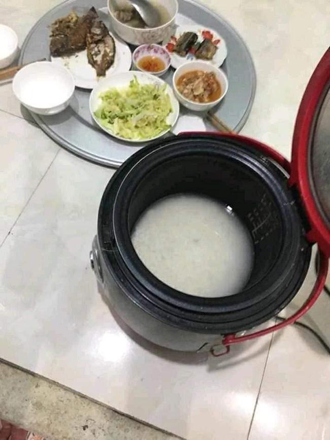 Dọn mâm lên thì cơm còn nguyên gạo nước, chồng ném cả nồi vào thùng rác và màn vùng lên của người vợ quen nhịn nhục-1