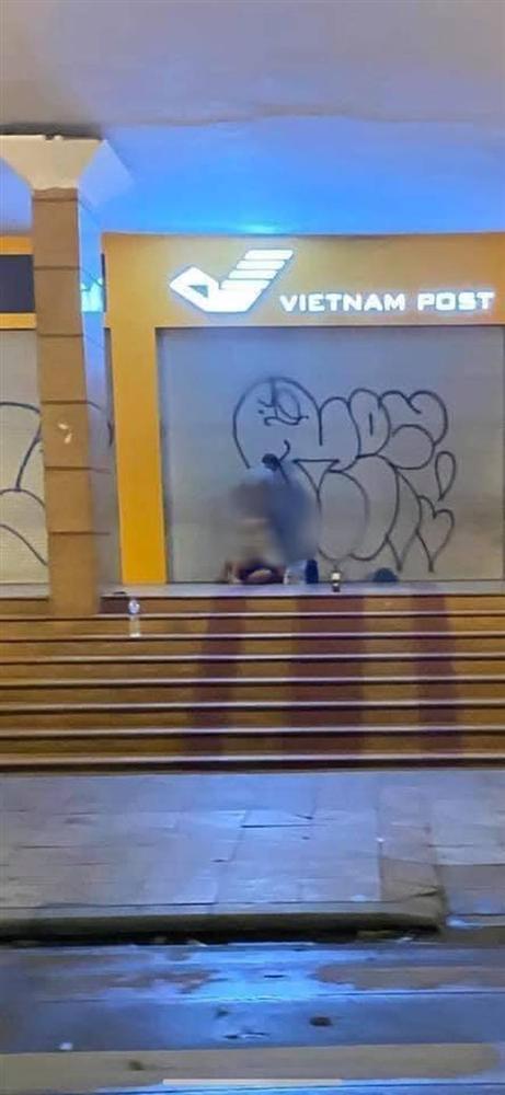 Phẫn nộ hình ảnh cặp đôi thản nhiên mây mưa trước cửa Bưu điện Hà Nội, ngay cạnh hồ Gươm-2