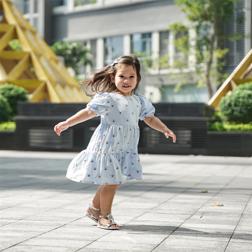 Bé Myla mới 2 tuổi đã sở hữu chiều cao của trẻ 3 tuổi, nhìn cách nuôi con của siêu mẫu Hà Anh có nhiều điều đáng học hỏi-10