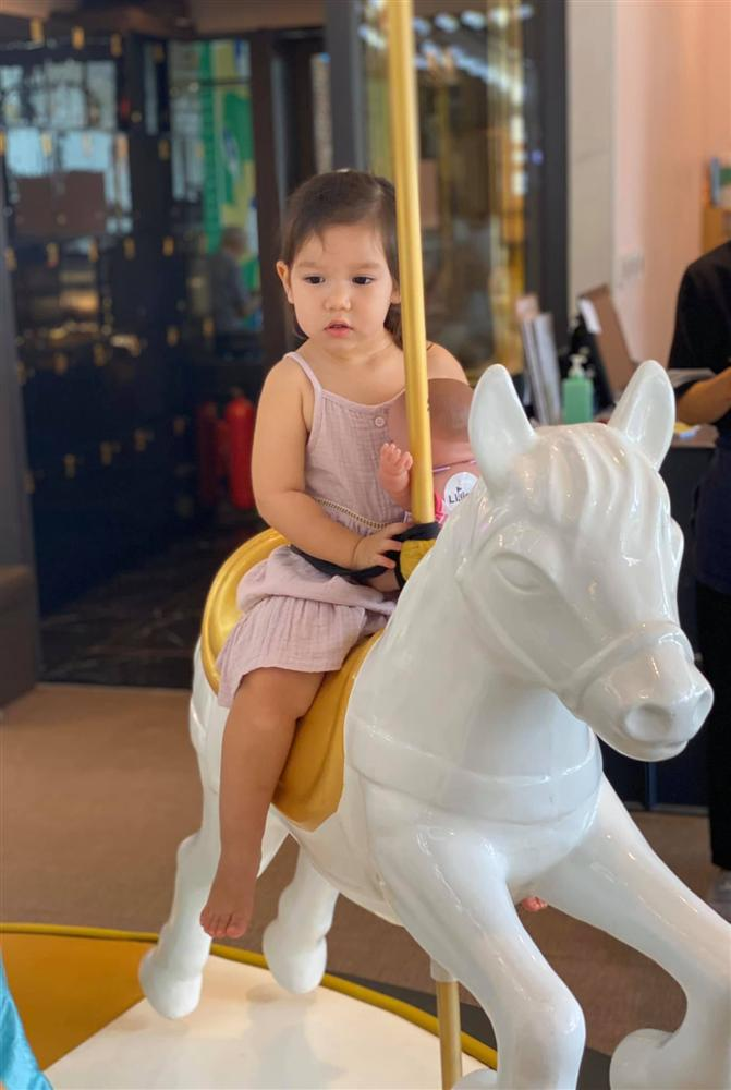 Bé Myla mới 2 tuổi đã sở hữu chiều cao của trẻ 3 tuổi, nhìn cách nuôi con của siêu mẫu Hà Anh có nhiều điều đáng học hỏi-11