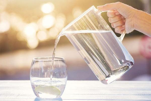 Bé 11 tuổi tử vong vì bị bố mẹ ép uống quá nhiều nước, nhớ ngay việc cần làm sau khi bổ sung nước ngày hè nóng bức-2