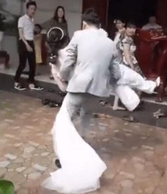 Sự thật clip chú rể bế cô dâu qua mặt mẹ chồng để vào nhà bằng cửa chính: Mẹ ngăn lại vì chú rể đi quá nhanh khi cô dâu đang có bầu-1