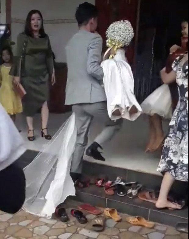 Sự thật clip chú rể bế cô dâu qua mặt mẹ chồng để vào nhà bằng cửa chính: Mẹ ngăn lại vì chú rể đi quá nhanh khi cô dâu đang có bầu-2
