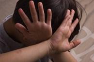 """Bé gái uống thuốc sâu vì mẹ và chị gái đánh để """"dạy dỗ"""", bác sĩ cảnh báo điều gì?"""