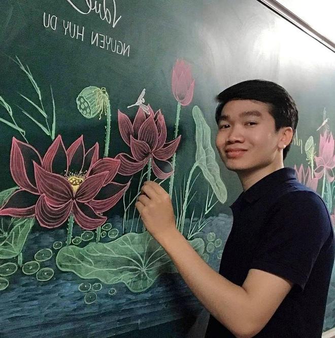 Thầy giáo 9X vẽ hoa phượng đỉnh cao giống y như thật, xem đến ảnh chữ viết càng phục hơn-5