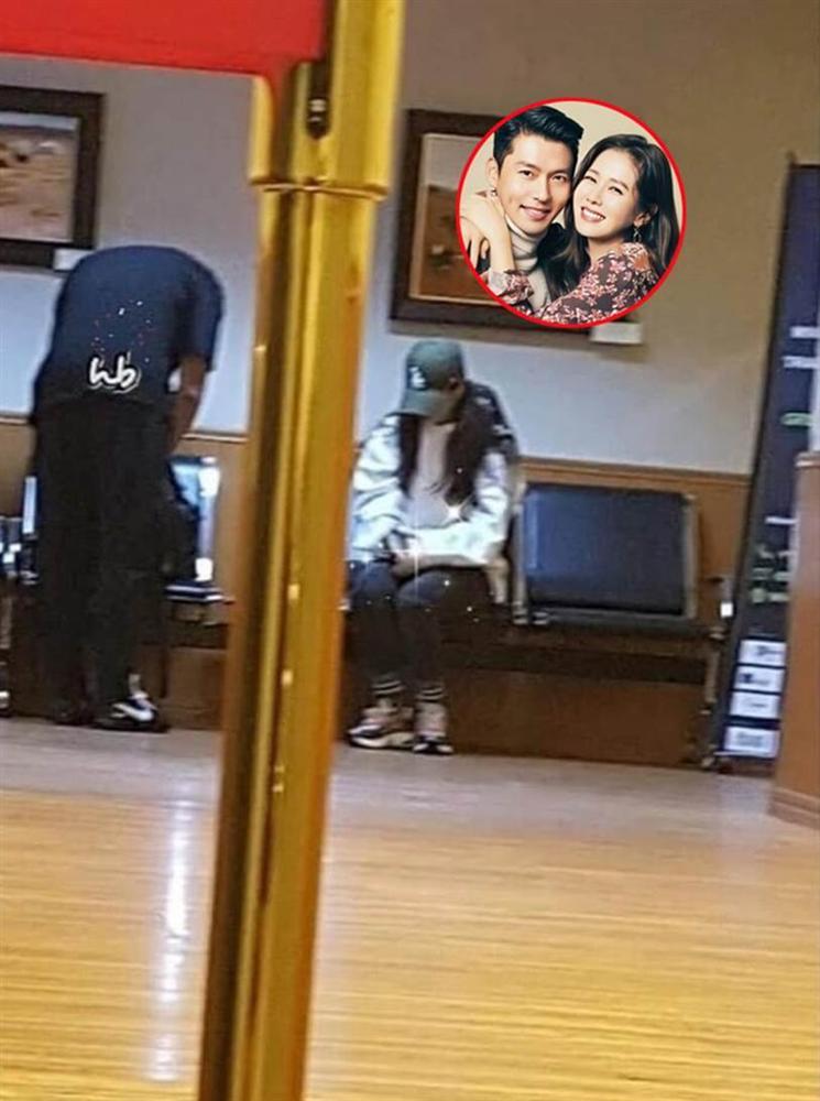 Dân tình phát sốt trước khoảnh khắc cực hiếm của Son Ye Jin và Hyun Bin trong phòng chờ máy bay-1